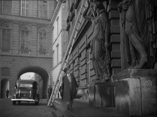 Holly Martins (Joseph Cotten) walks under a ladder on his way to Lime's apartment (located in Josefplatz, Vienna)